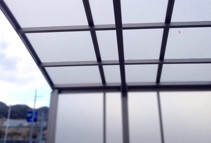 屋根の内駐車場の車