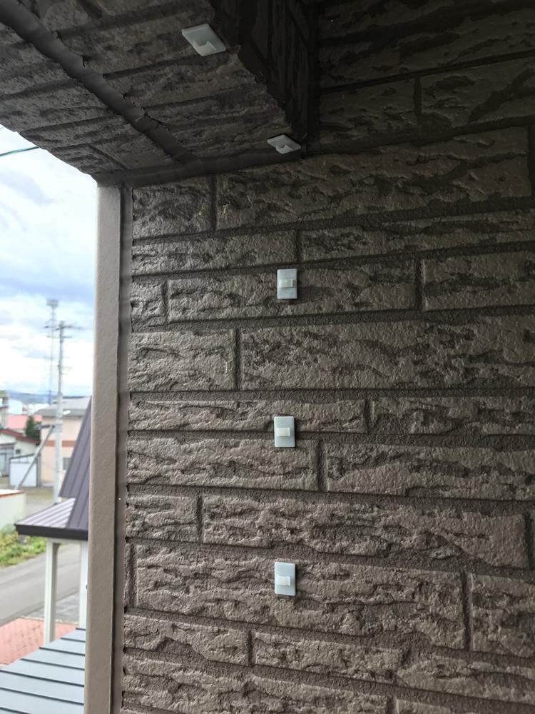 ステップ1.ケーブルクリップを天井と横壁に固定する