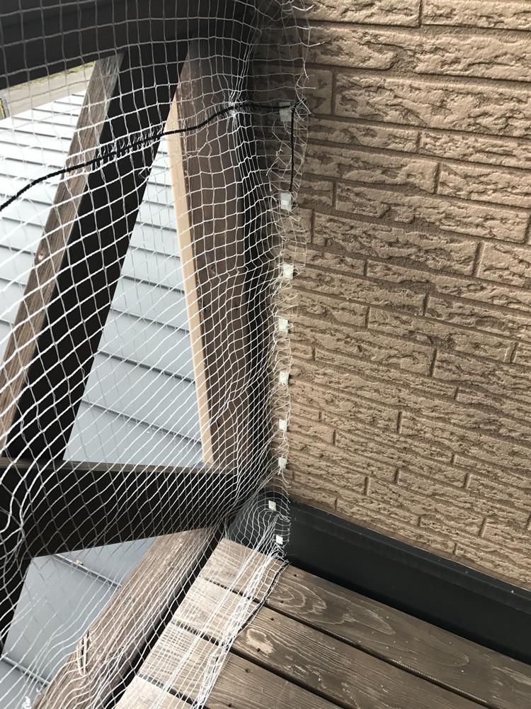ステップ2.防鳥ネットの端をケーブルクリップにはさみ込む