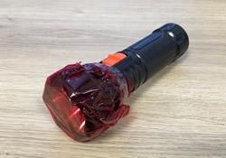 懐中電灯に赤いセロハンを張り付けておく
